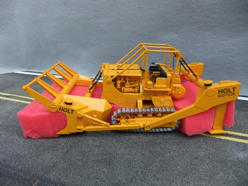 EMD D8 Twin Tractor with HOLT Root Plow 1:50